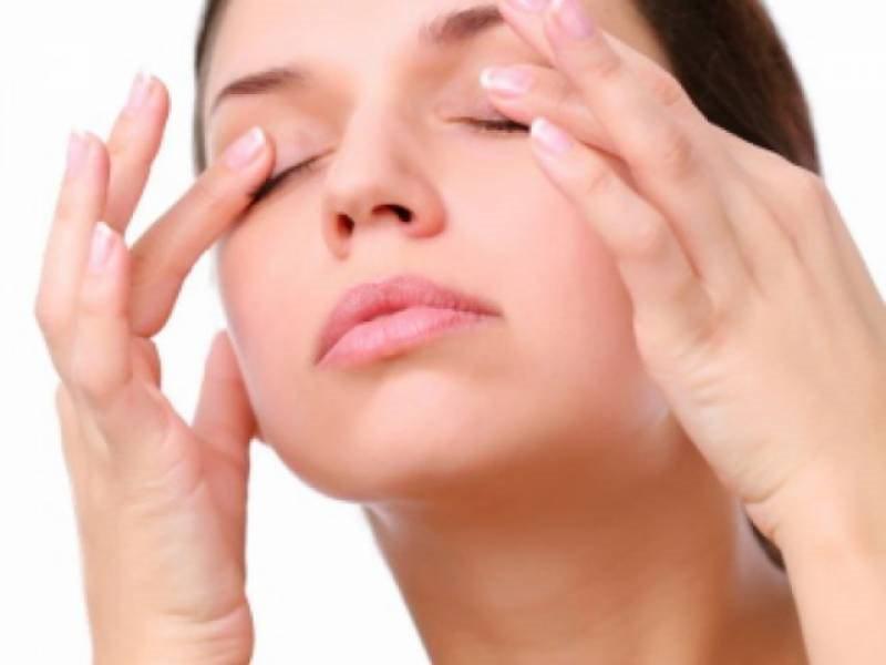 Day nhẹ mắt giúp giảm bớt triệu chứng ruồi bay